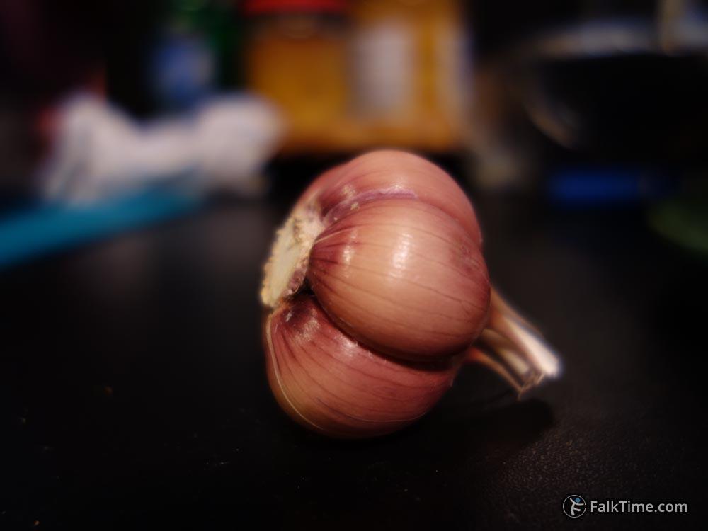 Peeled garlic bulb for pilau