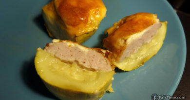 Courgettes baked with meat and cheese: inside